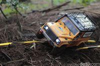 Mobil Remote Control Menerobos Hutan Lembang