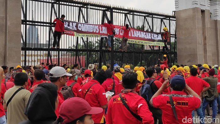 Demo buruh tolak Omnibus Law Cipta Lapangan Kerja (Matius Alfons/detikcom)
