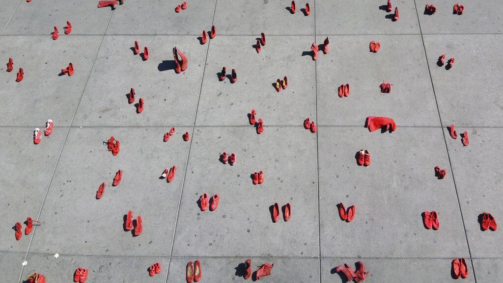Ratusan Sepatu Wanita Warnai Aksi Tolak Kekerasan Gender di Meksiko