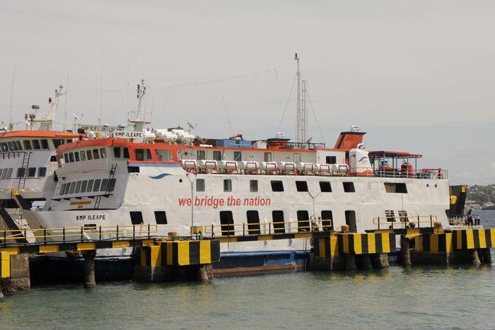 Dua unit kapal Ferry milik PT ASDP Indonesia Ferry berlabuh di pelabuhan Bolok, Kupang, NTT Senin (13/1/2020).