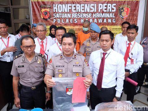 Polisi memperlihatkan barang bukti kasus perampokan yang pelakunya membakar pemuda Karawang.