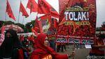 Massa Buruh Geruduk Gedung DPR Tolak Omnibus Law