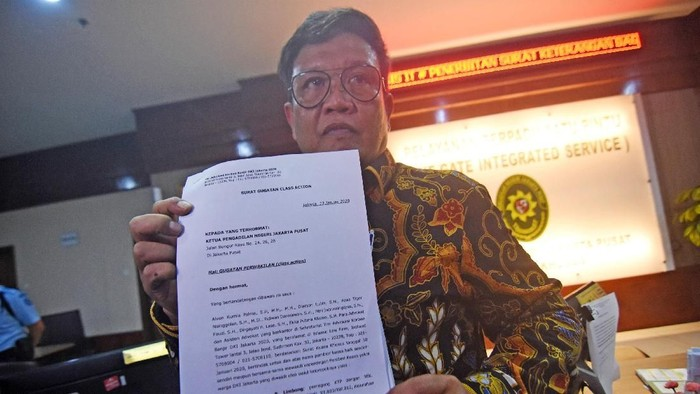 Perwakilan Tim Advokasi Korban Banjir DKI Jakarta 2020 mendaftarkan perkara gugatan.