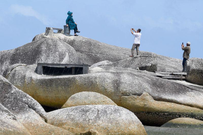 Sejumlah pengunjung berada di atas bongkahan batu granit di Alif Stone Park, Desa Sepempang, Kabupaten Natuna, Provinsi Kepulauan Riau, Senin (13/1/2020).