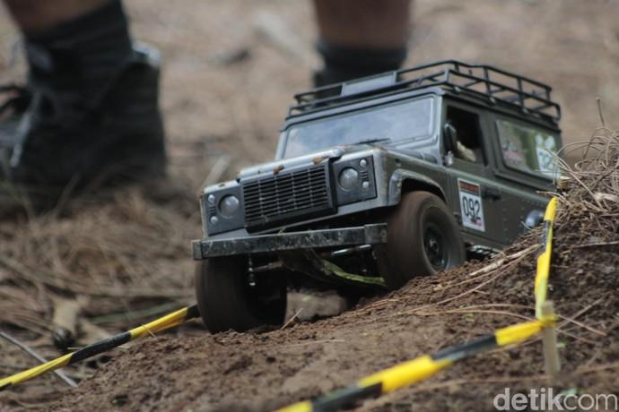 Mobil Remote Control Membelah Hutan Lembang