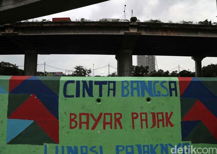Mural berbagai gambar dan warna menghiasi dinding jalan di kawasan Ancol, Jakarta Utara. Mural tersebut kebanyakan berisi imbauan dan kritik sosial.
