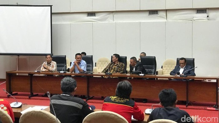 Baleg DPR menerima perwakilan massa buruh yang demo soal RUU Omnibus Law Cipta Lapangan Kerja. (Zhacky/detikcom)