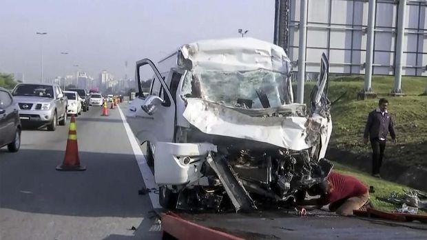 Kondisi minibus yang mengalami kecelakaan di Putrajaya, Kuala Lumpur. (