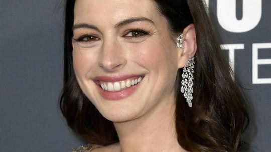 Hamil 6 Bulan, Anne Hathaway tampil Seksi Glamor