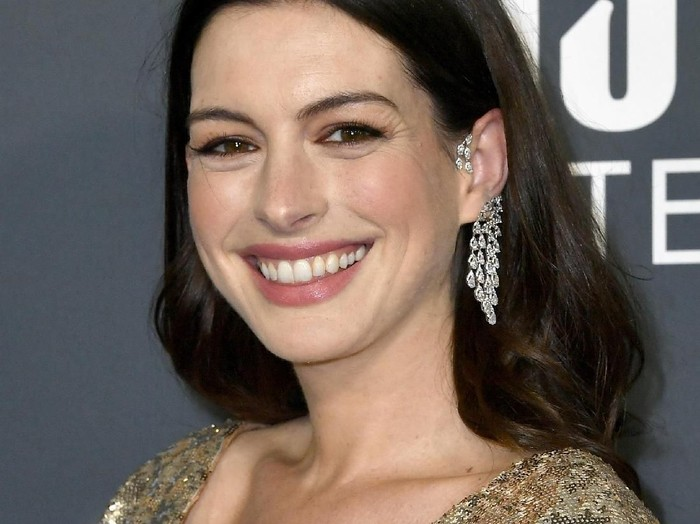 SANTA MONICA, CALIFORNIA - JANUARY 12: Anne Hathaway attends the 25th Annual Critics Choice Awards at Barker Hangar on January 12, 2020 in Santa Monica, California. (Photo by Frazer Harrison/Getty Images)