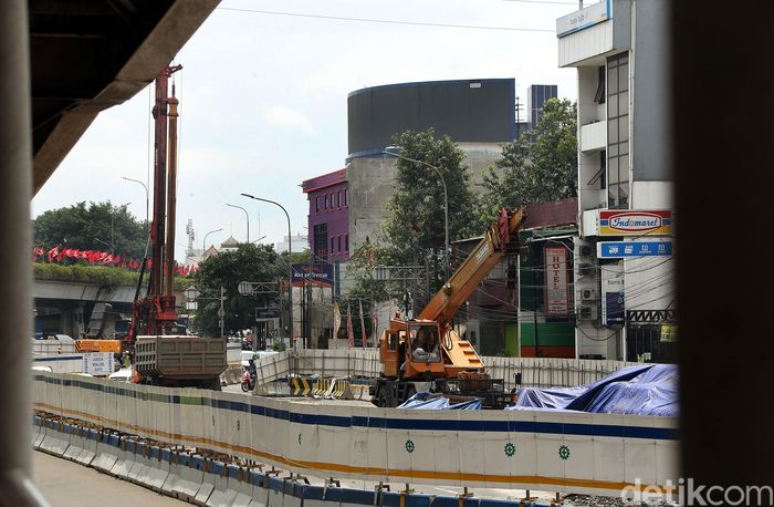 Sejumlah pekerja tengah sibuk menyelesaikan pembangunan Underpass atau Lintas Bawah Senen Extension di Jalan Senen Raya, Jakarta, Senin (13/1/2020).