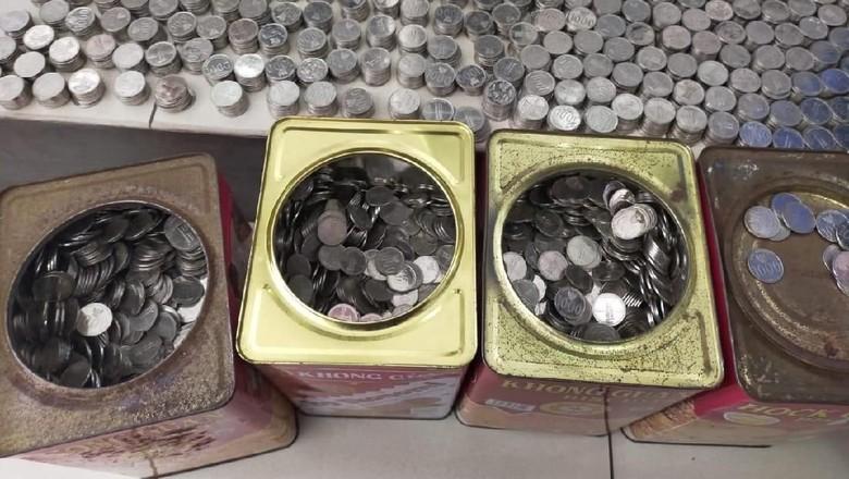 Uang koin dalam kaleng biskuit yang dibawa konsumen Nmax. Foto: Istimewa