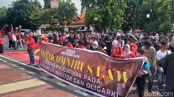 Elemen buruh dan mahasiswa menolak omnibus law (Foto: Amir Baihaqi)