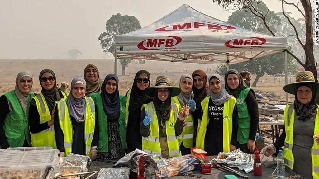 Inspiratif! Relawan Muslim Ini Bagikan Makanan untuk Petugas Damkar Australia