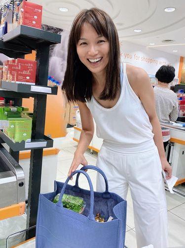Kantong Plastik Dilarang, Aktris Singapura Belanja Pakai Tas Rp 68 Juta