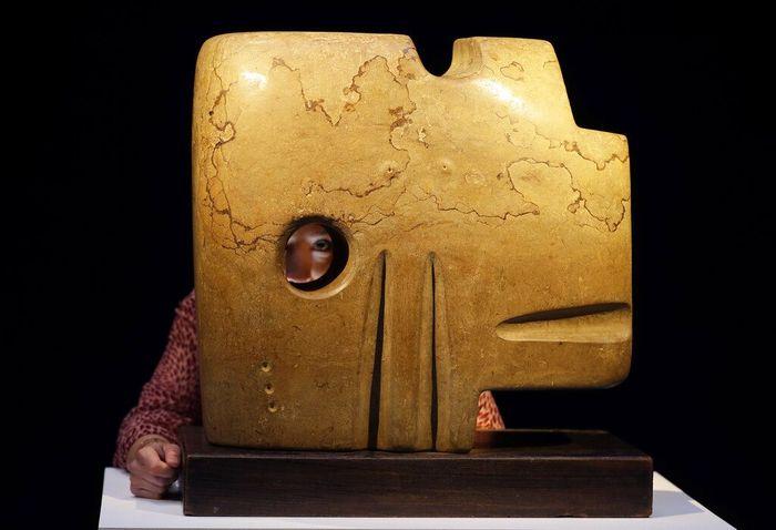 Sebuah perusahaan lelang bernama Christie di Inggris menampilkan beragam barang antik yang akan dilelang di sejumlah acara. Salah satunya adalah patung buatan Henry Moore yang dikenal dengan nama Square Form,1936. Patung ini akan dilelang dalam penjualan Modern British Art Evening, London, pada 21 Januari mendatang. Patung ini pun diperkirakan bernilai 3,89-6,49 juta dollar AS.