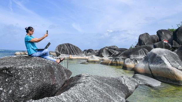 Sejumlah pengunjung melintas diantara bongkahan batu granit di Alif Stone Park, Desa Sepempang, Kabupaten Natuna, Provinsi Kepulauan Riau, Senin (13/1/2020). Alif Stone Park menjadi salah satu destinasi wisata dari sembilan destinasi Geopark (taman bumi) nasional di Natuna selain Senubing, Pantai Bamak, Tanjung Datuk, Batu Kasah, Pulau Akar, Pulau Setanai, Gunung Ranai, dan Pulau Senua. ANTARA FOTO/M Risyal Hidayat/ama.
