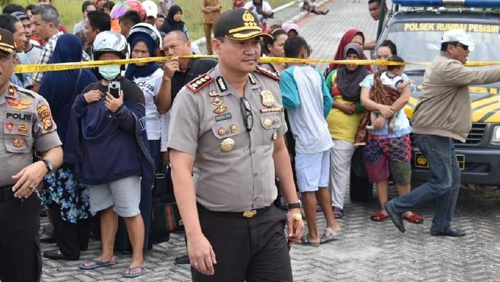 Kapolresta Pekanbaru Kombes Nandang Mumin Wijaya bantu evakuasi penemuan mayat di Pekanbaru (dok. Istimewa)