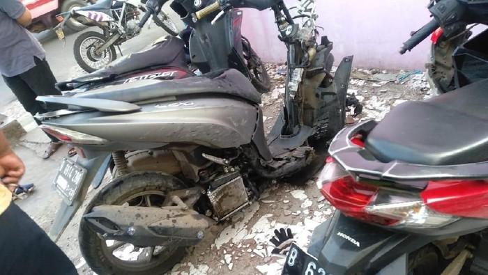 Kondisi motor yang ditabrak mobil dalam kecelakaan beruntun di Depok. (dok. istimewa)