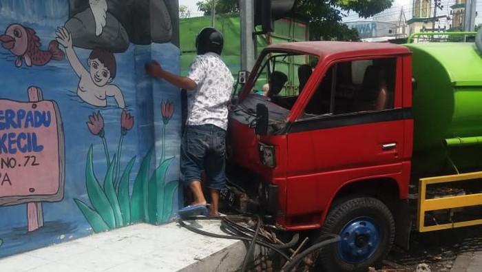Truk yang tabrak gerobak makanan dan tewaskan pedagangnya (Foto: Istimewa)