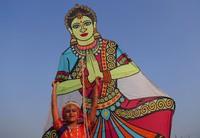 Di India, festival layang-layangnya memiliki nama Uttarayan, diadakan selama periode Makar Sakaranti, yaitu hari panen paling penting di India. Festival ini sangat terkenal hingga mancanegara. AP Photo/Mahesh Kumar A