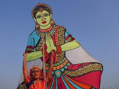 Foto: Layang-layang Beragam Warna dan Rupa Hiasi Langit India
