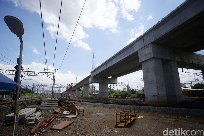 Seluruh pembangunan proyek double-double track (DDT) atau jalur rel dwiganda ditargetkan rampung tahun 2021.