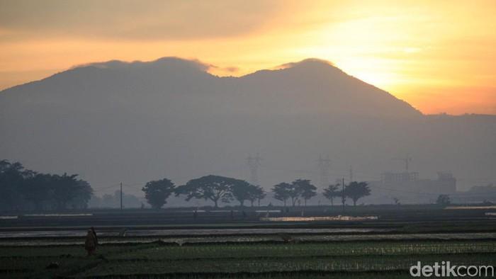Cuaca pagi hari di wilayah Kabupaten Bandung, Jawa Barat cerah. Matahari pun terbit dengan indah.