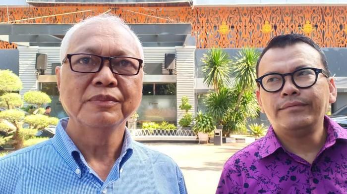 Foto: Agung Mozin (kiri) ditemani pengacaranya usai diperiksa di Polda Metro Jaya (Samsuduha)