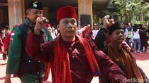 Berbaju Pangsi, Massa Pro-Anies Gelar Aksi di Balai Kota DKI