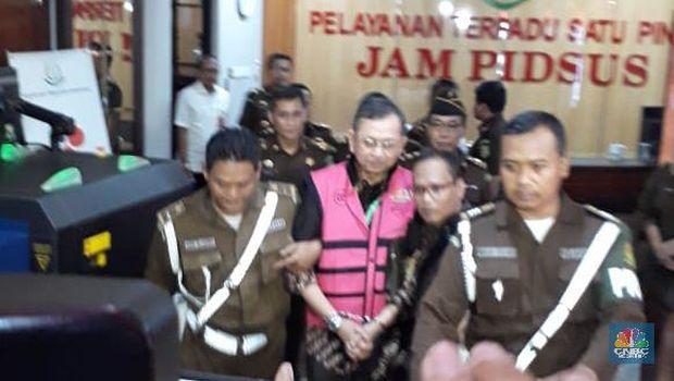 Hendrisman Rahim Mengenakan Rompi Pink di Kejagung (CNBC Indonesia/Ferry Sandi)