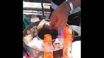 Viral Penjual Bakso Rebus Mi Sama Bungkusnya, Netizen Sebut Bahaya Kanker