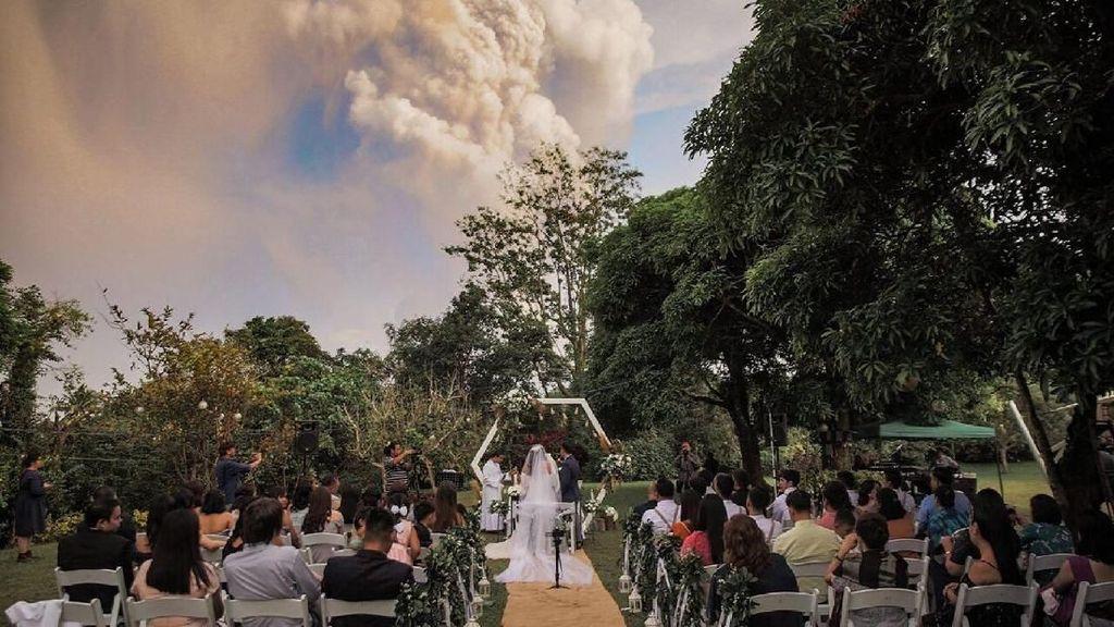 Momen Dramatis Pasangan Menikah Dekat Gunung Api Taal yang Erupsi