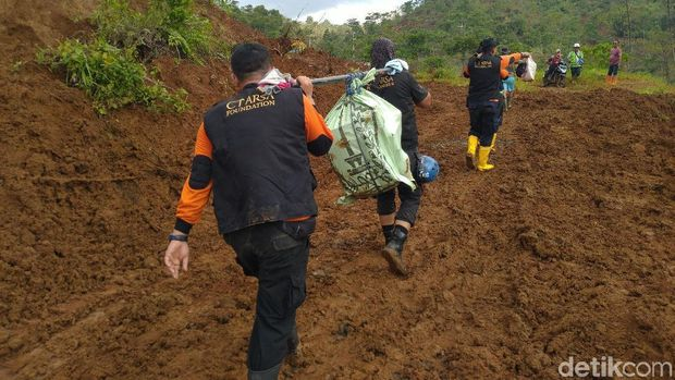 Tim CT Arsa Taklukan Medan Berat Demi Salurkan Bantuan ke Desa di Sukajaya