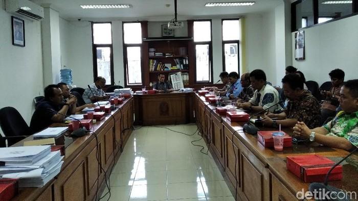 Suasana saat DPRD Kota Yogyakarta panggil Disdikpora dan Kwarcab. (Foto: Usman Hadi/detikcom)