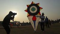 International Kite Festival biasa diadakan dalam pergantian musim hujan ke panas menurut kelender India. Ini pertanda bagi petani untuk bersiap menuju musim panen. Untuk perayaannya selalu diadakan di setiap tanggal 14 Januari. AP Photo/Mahesh Kumar A