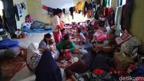 Korban Longsor Sukajaya Bertahan di Kantor Desa, Butuh Air Bersih-Alat Masak