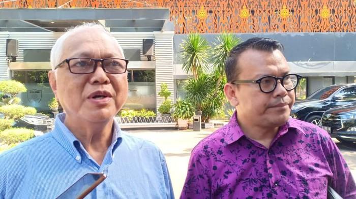 Agung Mozin (kiri) ditemani pengacaranya usai diperiksa di Polda Metro Jaya. (Samsuduha/detikcom)