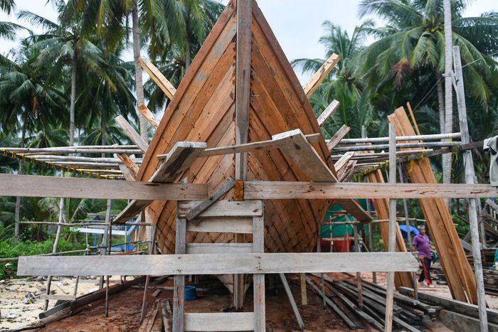Desa Tanjung, Natuna, Kepulauan Riau, menjadi salah satu galangan pembuatan kapal motor.