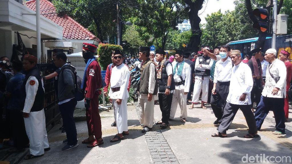 Jelang Demo Pro-Kontra Anies soal Banjir, Massa Berdatangan ke Balai Kota