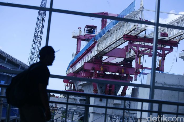 Suasana proyek pembangunan double-double track di stasiun Manggarai, Jakarta Pusat, Selasa (14/1/2020).