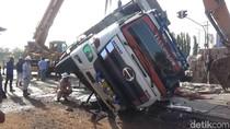 Sopir Diduga Mengantuk, Truk Bermuatan Benang Terguling di Pantura Subang