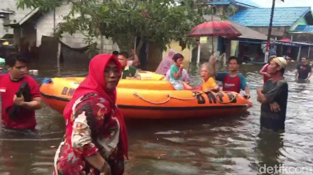 Tim SAR Evakuasi Lansia yang Terjebak Banjir Samarinda