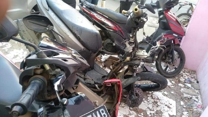 Kondisi motor yag ditabrak mobil di Depok. (dok. istimewa)