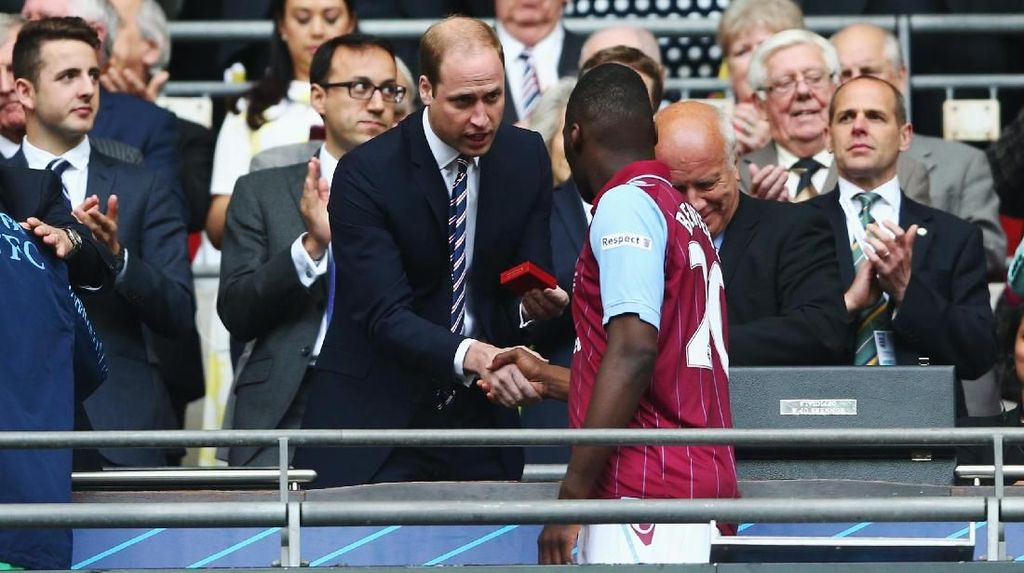 Pangeran William Lebih Cemaskan Aston Villa Ketimbang Mundurnya Harry?