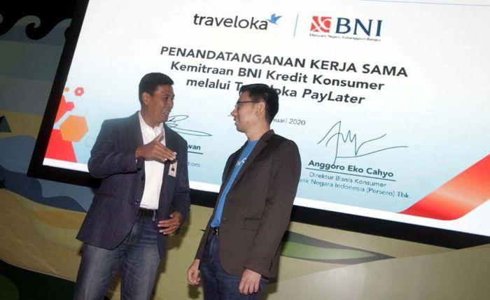 Direktur Bisnis Konsumer BNI Anggoro Eko Cahyo (kiri) dan President Traveloka Group Operations Henry Hendrawan (kanan) berbincang-bincang pasca penandatanganan Perjanjian Kerja Sama Kemitraan BNI Kredit Konsumer melalui Traveloka PayLater di Jakarta, Rabu (15 Januari 2020).