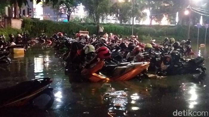 Banjir diakibatkan hujan deras merendam parkiran Darmo Park II Surabaya. Akibatnya puluhan kendaraan roda dua dan sejumlah mobil terendam banjir.