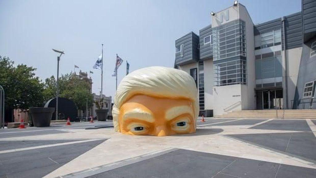 Hiii.. Setengah Kepala Donald Trump Terjebak di Tanah!
