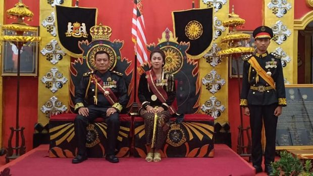 'Raja' dan 'Ratu' Keraton Agung Sejagat, Toto Santoso dan Fanni Aminadia, ditetapkan sebagai tersangka penipuan dan hoaks oleh polisi.