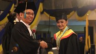 Kisah Inspiratif Wisudawan Terbaik di Unair Surabaya yang Dulunya Pengamen